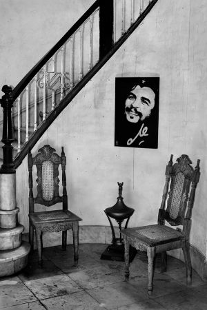 Photo of Che at a goverment office